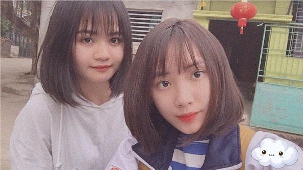 Khánh Ly (áo trắng) bên cô bạn thân Thục Anh