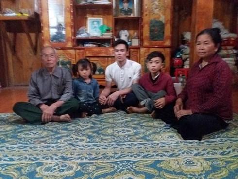 Bé Chiến chụp ảnh cùng ông bà nội, bố và em gái