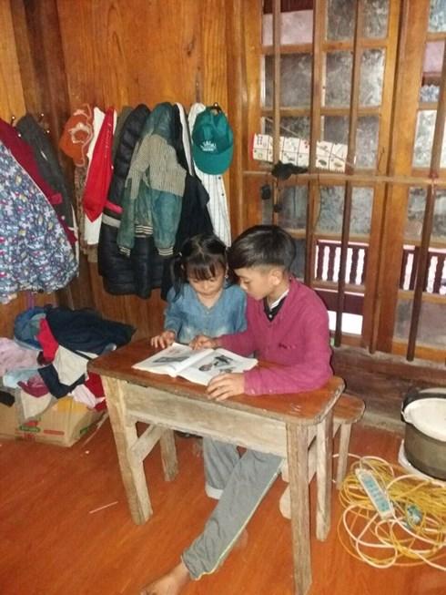 Hai anh em Chiến đang học bài