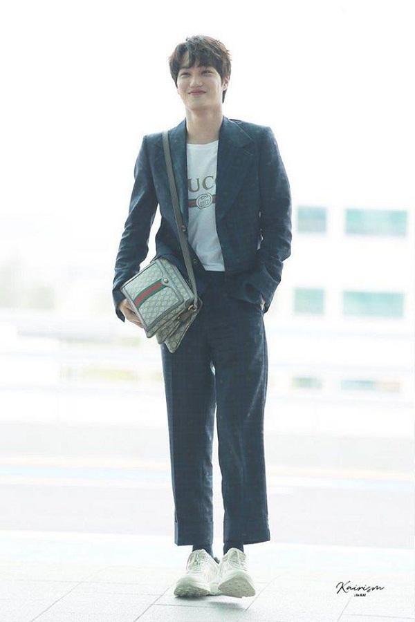 Trong một dịp khác, nam thần tượng mang đến hình ảnh hotboy thanh lịch khi diện nguyên set đồ Gucci on Gucci. Anh phối bộ vest cách điệu với áo phông, sneaker và túi xách.
