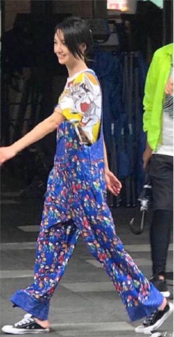 Giày thể thao, áo phông với họa tiết các nhân vật hoạt hình là trang phục ưa thích của nhân vật Hướng Chân.