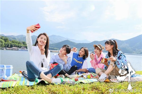 Thanh Xuân Đấu kể về nhóm bạn gồm 5 cô gái nỗ lực vươn lên trong cuộc sống.