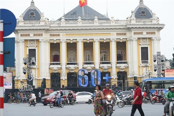 Nhà hát lớn Hà Nội cũng được trang trí để chào đón chương trình Giờ Trái Đất