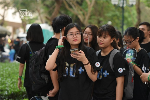 Giới trẻ hưởng ứng chiến dịch Giờ Trái Đất 2019, hào hứng xếp hàng chật kín để tham gia 8