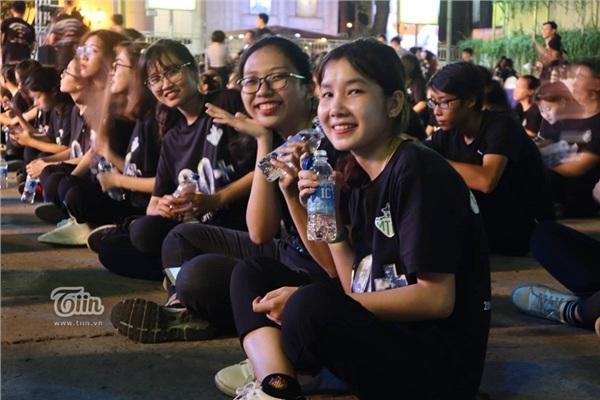 Giới trẻ hưởng ứng chiến dịch Giờ Trái Đất 2019, hào hứng xếp hàng chật kín để tham gia 13