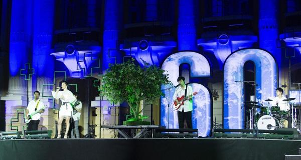 Ngoài ra, Bùi Lan Hương cũng có một màn kết hợp cùng Ngọt band trong ca khúc 'Xanh'.
