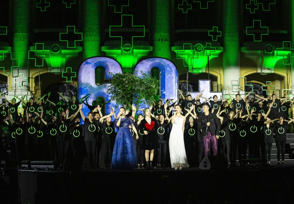 Các nghệ sĩ cùng nhau hòa giọng trong ca khúc 'The color of Viet Nam' (Sắc màu đất nước).