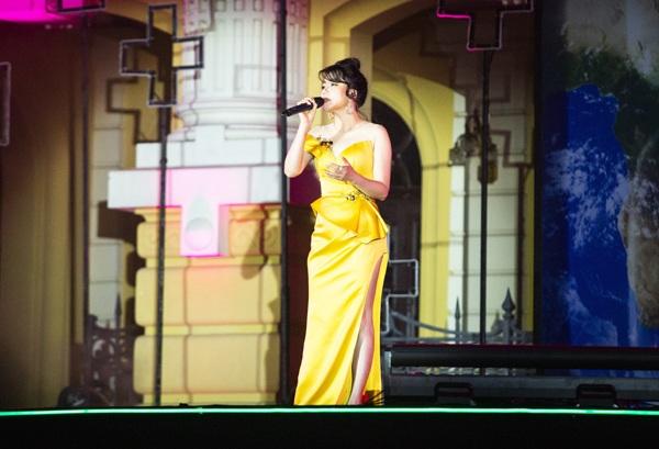 Xuất hiện trên sân khấu với chiếc váy vàng nổi bật, thông qua bài 'What If', Hồ Quỳnh Hương muốn gửi tới khán giả thông điệp hãy chung tay bảo vệ môi trường.