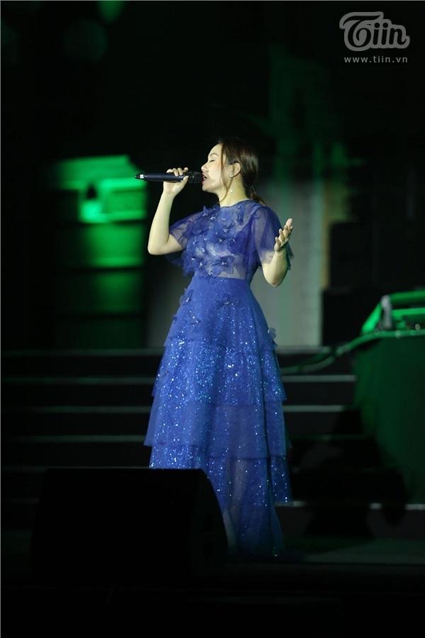 Ca sĩ Ngọc Anh ôm bụng bầu trình diễn trên sân khấu chương trình Giờ trái đất 2019 1