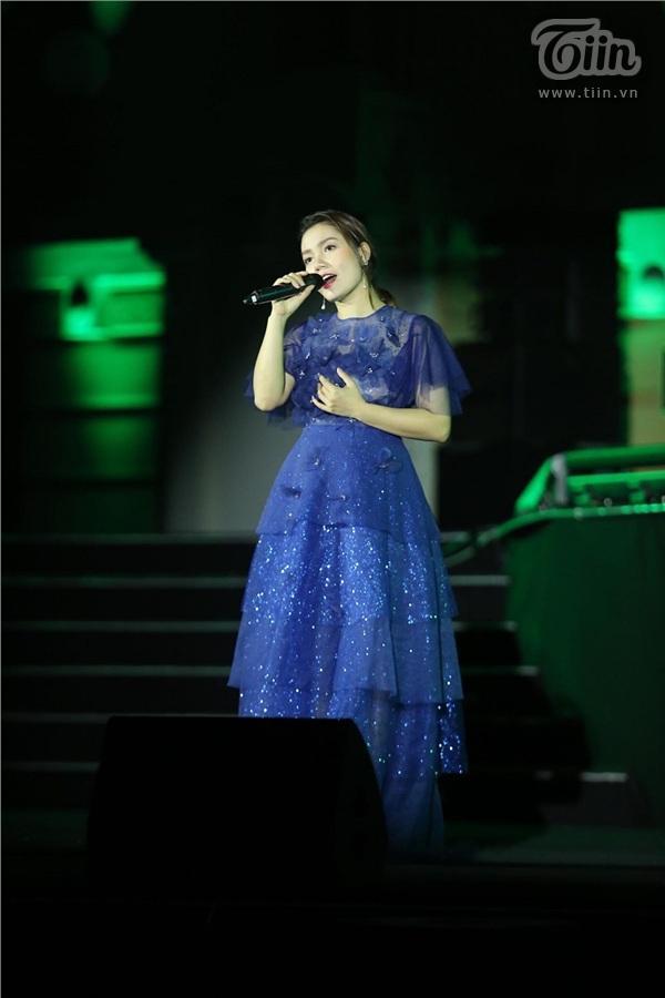 Ca sĩ Ngọc Anh ôm bụng bầu trình diễn trên sân khấu chương trình Giờ trái đất 2019 0