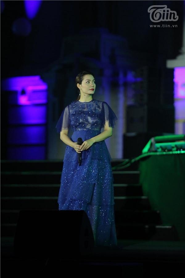Ca sĩ Ngọc Anh ôm bụng bầu trình diễn trên sân khấu chương trình Giờ trái đất 2019 2