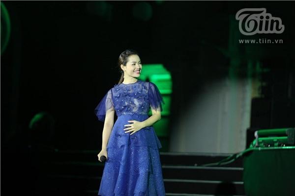Ca sĩ Ngọc Anh ôm bụng bầu trình diễn trên sân khấu chương trình Giờ trái đất 2019 3