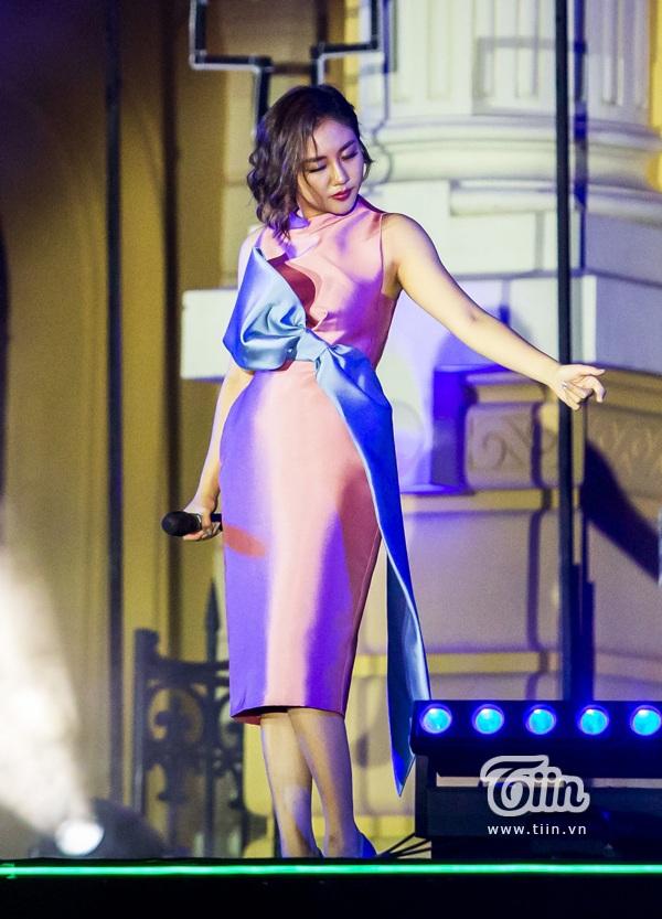 Văn Mai Hương nối tiếp chương trình với 'Lũ đêm'. Giọng hát nội lực của cô nàng chưa bao giờ khiến khán giả thất vọng.