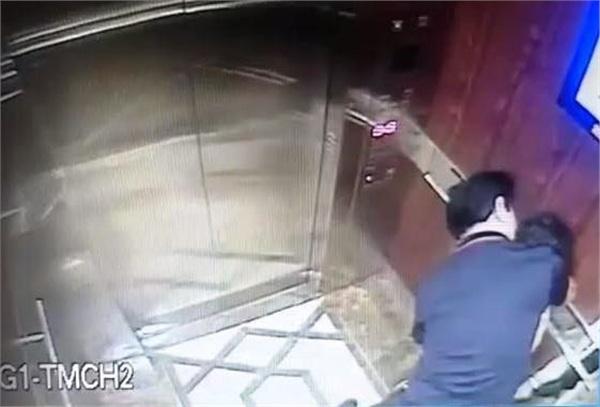 Người đàn ông có dấu hiệu dâm ô trẻ em trong thang máy - Ảnh cắt từ clip do camera ghi lại