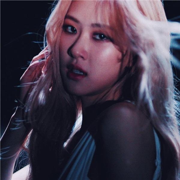 Đây không phải lần đầu tiên YG 'lãng quên' Rosé. Là giọng hát chính của nhóm, nhưng cô nàng lại không phải là người bước ra solo đầu tiên dù xinh đẹp, tài năng và fan đông chẳng thua kém ai. Chẳng phải bấy lâu nay, công ty đã quá bất công vớiRosé sao?