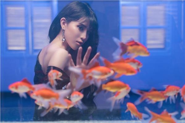 Cảnh đứng bên hồ cá được Trần Ngọc Ánh nhắc đến.
