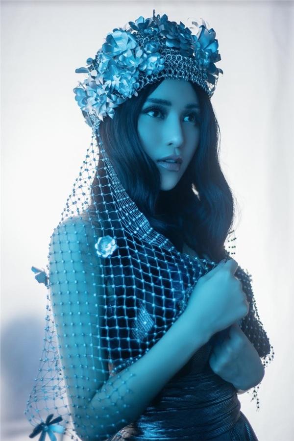 Trong MV Em không cầnlần này, Trần Ngọc Ánh vào vai một cô gái xinh đẹp và quyến rũ nhưng lại bị người yêu phụ bạc.
