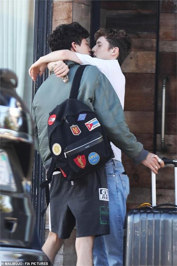 Nụ hôn tạm biệt sau buổi đi dạo phố