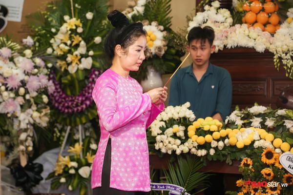 Việt Hương - Trường Giang - Lương Thế Thành cùng loạt nghệ sĩ tên tuổi 'lặng thầm' đến tiễn đưa diễn viên Anh Vũ 11