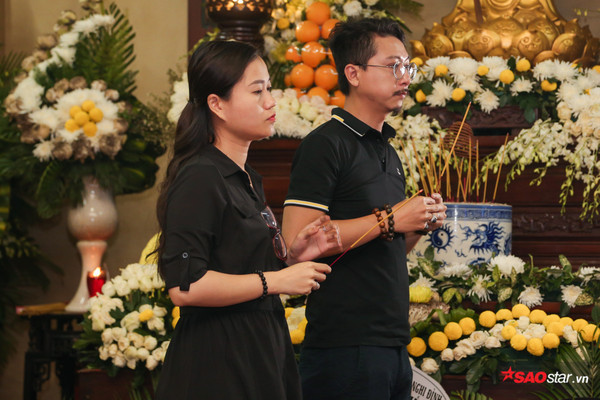 Việt Hương - Trường Giang - Lương Thế Thành cùng loạt nghệ sĩ tên tuổi 'lặng thầm' đến tiễn đưa diễn viên Anh Vũ 9