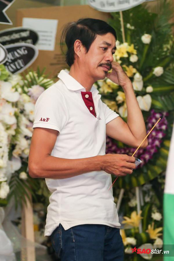 Việt Hương - Trường Giang - Lương Thế Thành cùng loạt nghệ sĩ tên tuổi 'lặng thầm' đến tiễn đưa diễn viên Anh Vũ 12