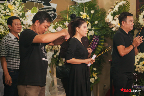 Việt Hương - Trường Giang - Lương Thế Thành cùng loạt nghệ sĩ tên tuổi 'lặng thầm' đến tiễn đưa diễn viên Anh Vũ 21