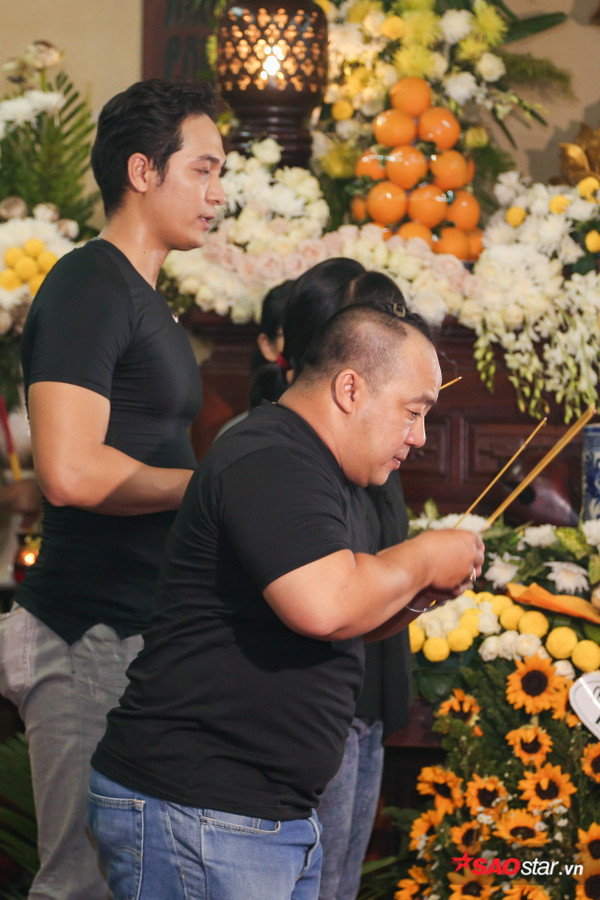 Việt Hương - Trường Giang - Lương Thế Thành cùng loạt nghệ sĩ tên tuổi 'lặng thầm' đến tiễn đưa diễn viên Anh Vũ 20