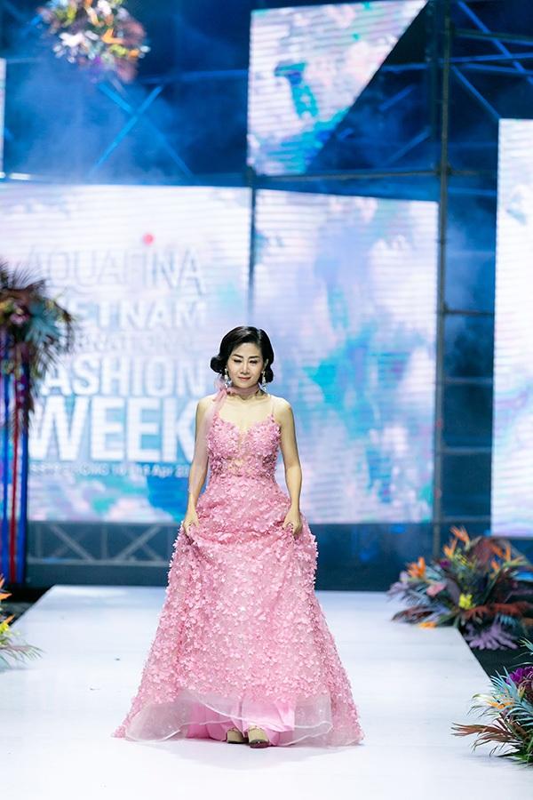 Trương Hồ Phương Nga bất ngờ tái xuất sàn diễn thời trang 0