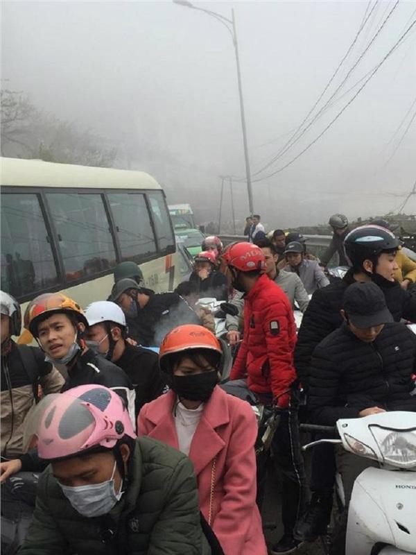Tình trạng ùn tắc kéo dài khiến nhiều tài xế buộc phải xuống đường (Ảnh: Page Vĩnh Phúc)