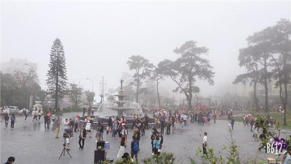Quảng trường Tam Đảo cũng chỉ toàn thấy người và người (Ảnh: Nguyễn Ngọc Đức)
