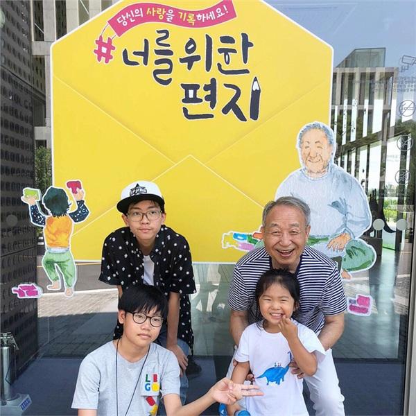 Vợ chồng ông Chan Jae và các cháu.