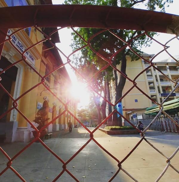 Ánh nắng chiều tuyệt đẹp bên hông trường.
