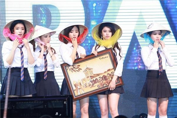 T-Ara thích thú khi được fan Việt tặng nón lá