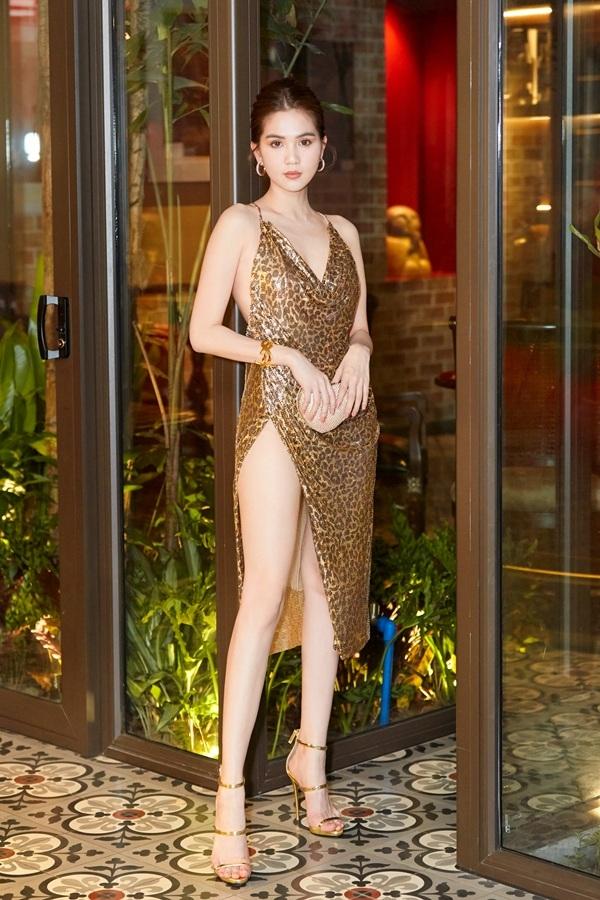 Ngay từ khi vừa xuất hiện tại sự kiện, Ngọc Trinh đã lập tức thu hút sự chú ý của báo giới nhờ vẻ đẹp rạng rỡ cùng phong cách gợi cảm nổi bật.