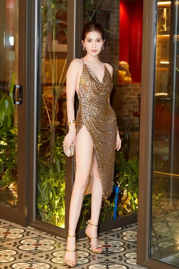 Đúng với quy địnhdresscodecủa đêm tiệc là 'Blink blink', Ngọc Trinh chọn cho mình một chiếc đầm với tông vàng ánh kim lấp lánh của NTK Đỗ Long.