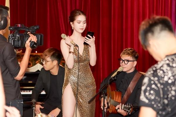 Cô nàng cũng khiến nhiều người bất ngờ khi khoe giọng hát của mình.