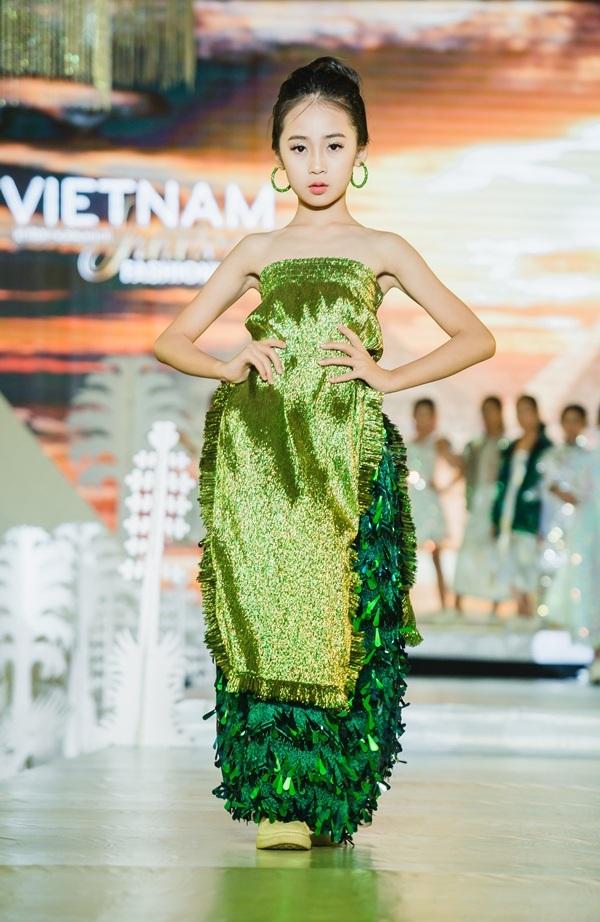 Dàn 'siêu mẫu nhí' sải bước chuyên nghiệp không kém người lớn trên sàn diễn 'Tuần lễ thời trang trẻ em quốc tế Việt Nam 2019' 10