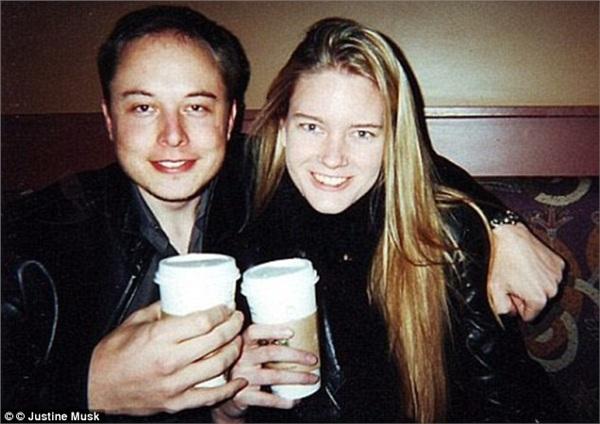 Bức ảnh chụp chung hiếm hoi với vợ cũ của tỷ phí Elon Musk.