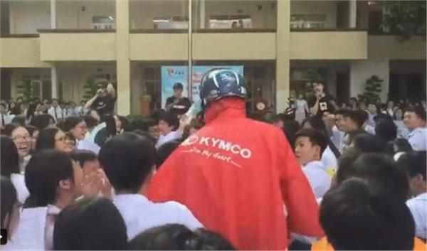 Muốn Idol nhìn thấy giữa đám đông, nam sinh mặc áo mưa dưới trời 40 độ để thỏa ước nguyện 0
