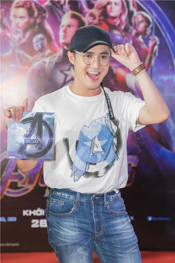 Diện bộ trang phục quần jeans, áo thun giản dị, diễn viên hài Huỳnh Lập xuất hiện cực kỳ trẻ trung.