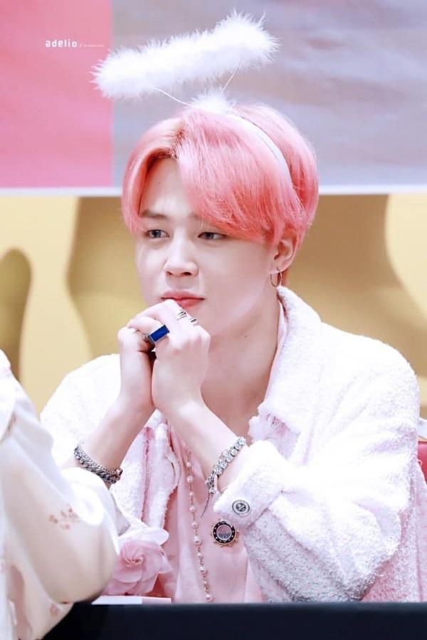 Từ khóa 'Jimin tóc hồng' lập tức xuất hiện trên top trend Twitter sau khi MV Boy with luv ra mắt. Sở hữu làn da trắng không tì vết cùng với khuôn mặt góc cạnh, Jimin nhanh chóng lấy lòng khán giả với vẻ đẹp 'siêu thực' của mình.