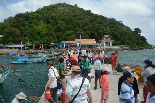 2 ngày đầu kỳ nghỉ lễ: Nhiều điểm du lịch 'quá tải', 'cò mồi' bủa vây 9
