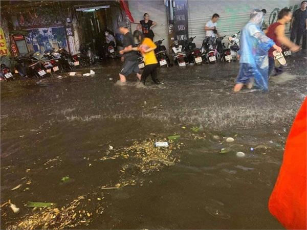 Mưa ngập tại khu vực Tạ Hiện - Lương Ngọc Quyến. Ảnh FB Ký sự đường phố.