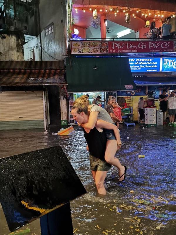 Hà Nội mưa lớn dịp nghỉ lễ 30/4-1/5, nhiều tuyến phố biến thành 'sông', khách Tây lội bì bõm 2