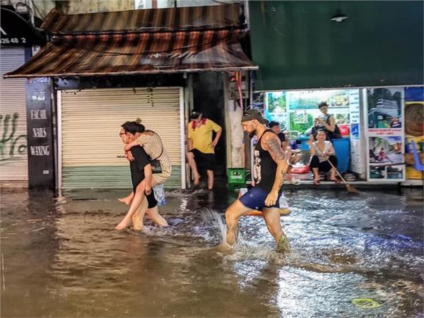 Hà Nội mưa lớn dịp nghỉ lễ 30/4-1/5, nhiều tuyến phố biến thành 'sông', khách Tây lội bì bõm 3