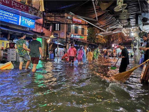 Hà Nội mưa lớn dịp nghỉ lễ 30/4-1/5, nhiều tuyến phố biến thành 'sông', khách Tây lội bì bõm 4