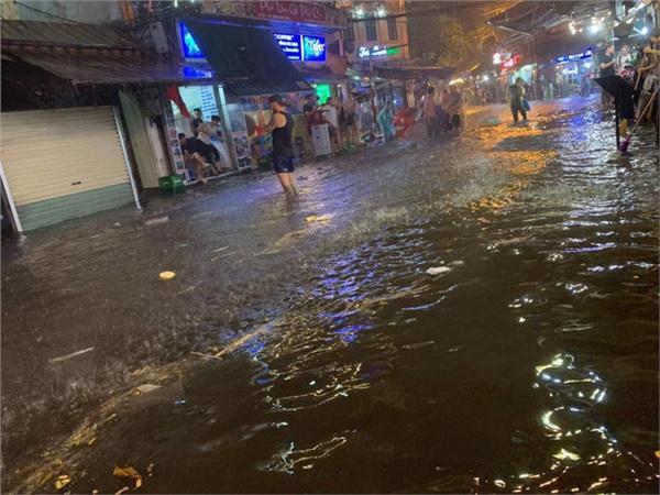 Hà Nội mưa lớn dịp nghỉ lễ 30/4-1/5, nhiều tuyến phố biến thành 'sông', khách Tây lội bì bõm 6