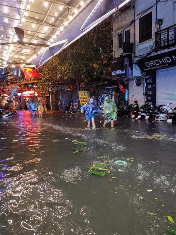 Hà Nội mưa lớn dịp nghỉ lễ 30/4-1/5, nhiều tuyến phố biến thành 'sông', khách Tây lội bì bõm 9