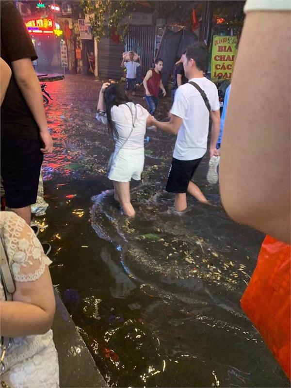 Hà Nội mưa lớn dịp nghỉ lễ 30/4-1/5, nhiều tuyến phố biến thành 'sông', khách Tây lội bì bõm 10