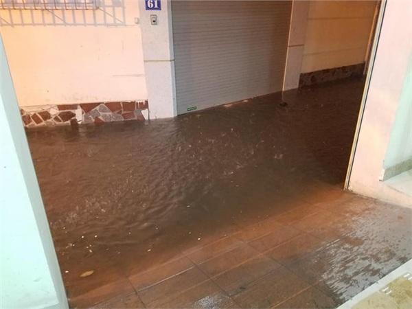 Hà Nội mưa lớn dịp nghỉ lễ 30/4-1/5, nhiều tuyến phố biến thành 'sông', khách Tây lội bì bõm 11